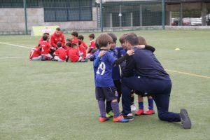 jogos de oeiras crianças a jogar futebol